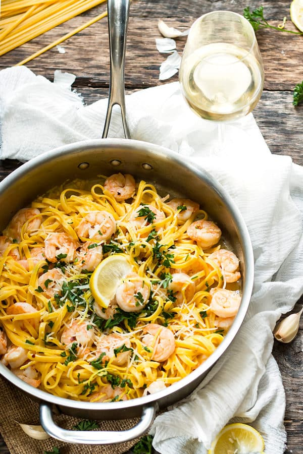 A pan of healthy shrimp scampi with a slice of lemon in the middle ready to eat for dinner.